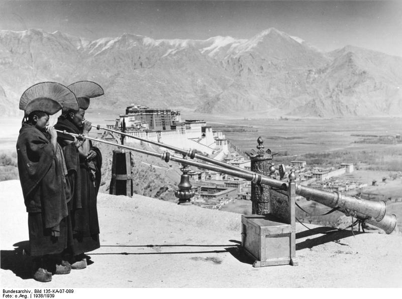Lhasa (Neujahr), Tubenbläser mit Potala, Lamas blasen das Neujahrsfest ein
