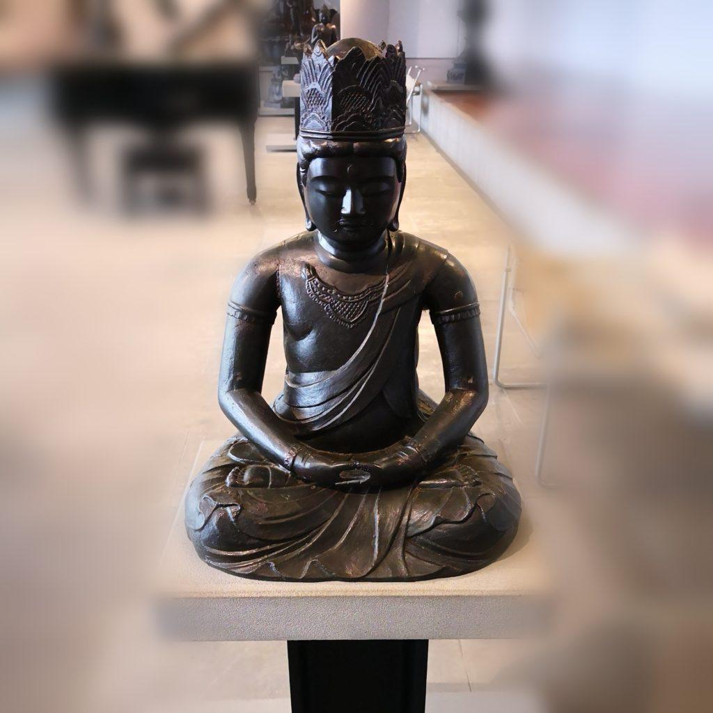 Buddha seduto nel loto, periodo Edo, XVIII secolo. Museo d'Arte Orientale Edoardo Chiossone, Genova.